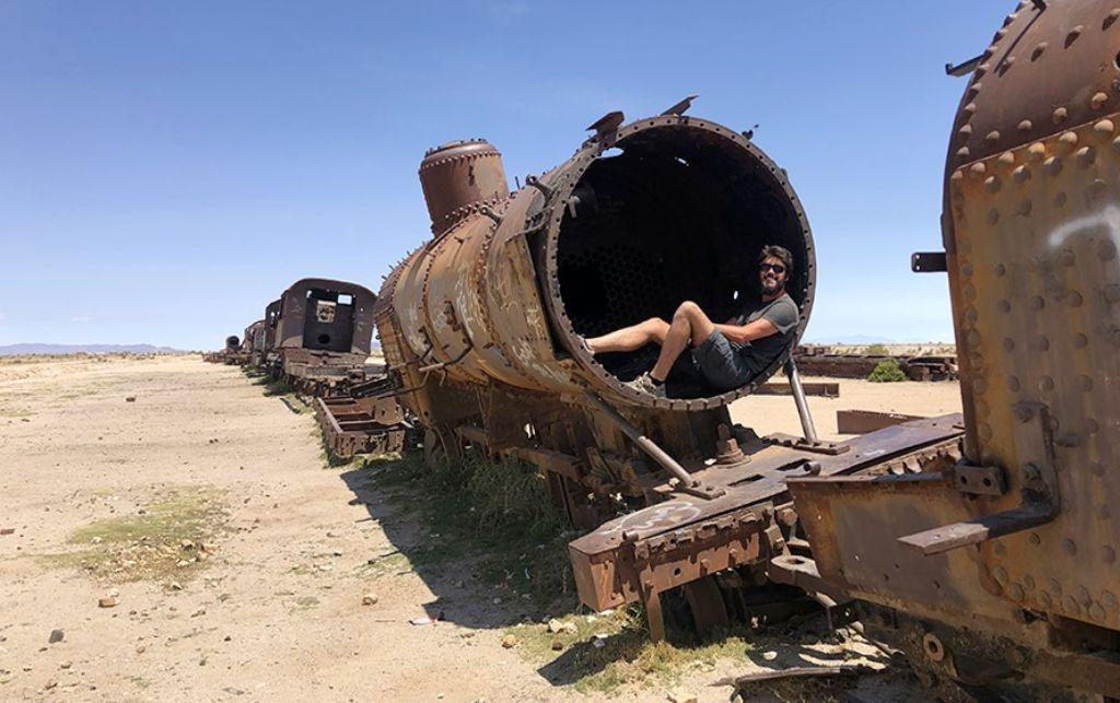 Chico en el cementerio de trenes del Salar de Uyini Bolivia