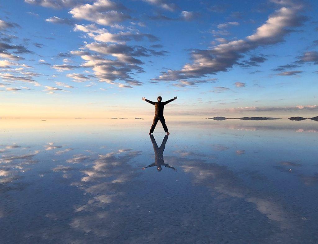 Chico en las Llanuras de sal en el Salar de Uyuni Bolivia