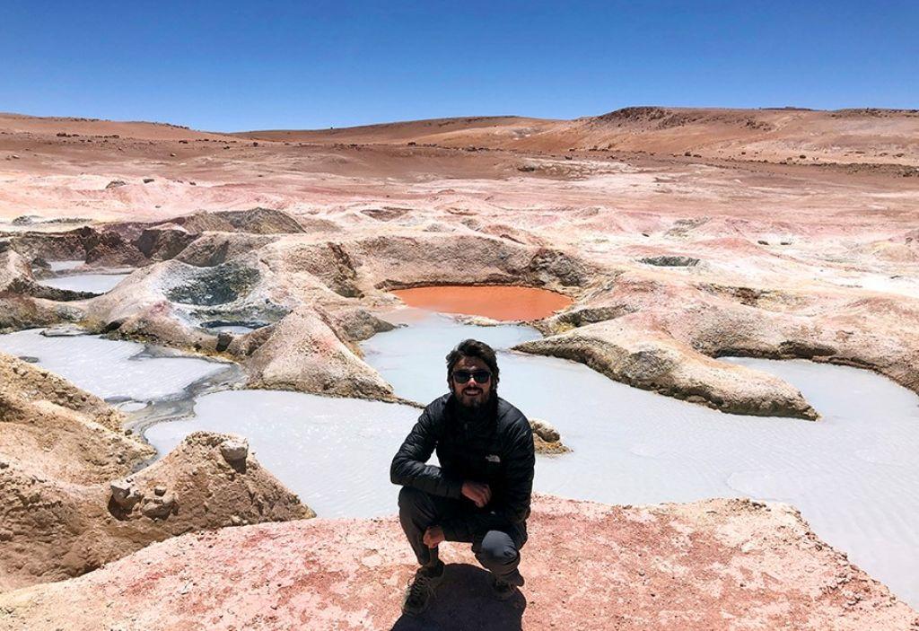 Chico en los geiseres Sol de Mañana en el Salar de Uyini Bolivia