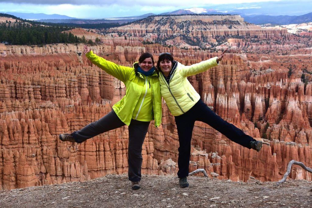 Dos mujeres posando delante de Bryce Canyon en la Costa Oeste EEUU