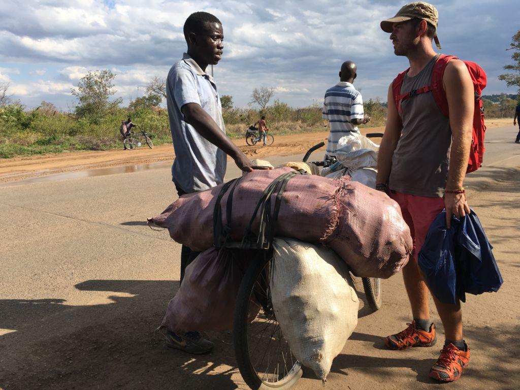 chico europeo hablando con africano en Zimbabue