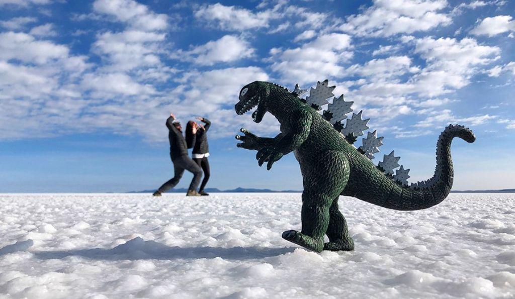 Fotomontaje de pareja con dinosaurio en el Salar de Uyini