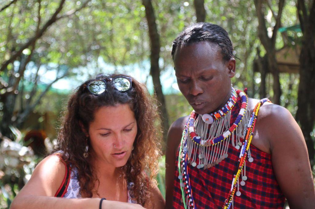 mujer blanca con mujer africana hablando en Kenia