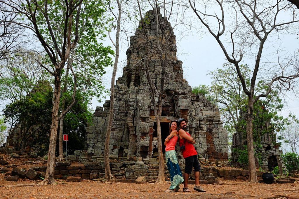 Gazpachoymochila Pareja en Battambang, el Banan Temple, Camboya
