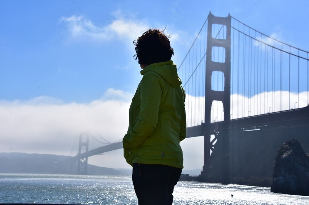 Mujer de espaldas delante del Golden Gate en San Francisco EEUU