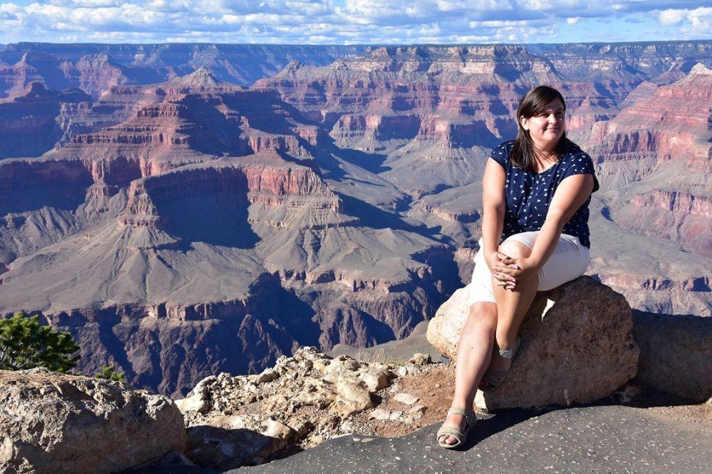 Mujer en el Gran Cañón en la Costa Oeste EEUU