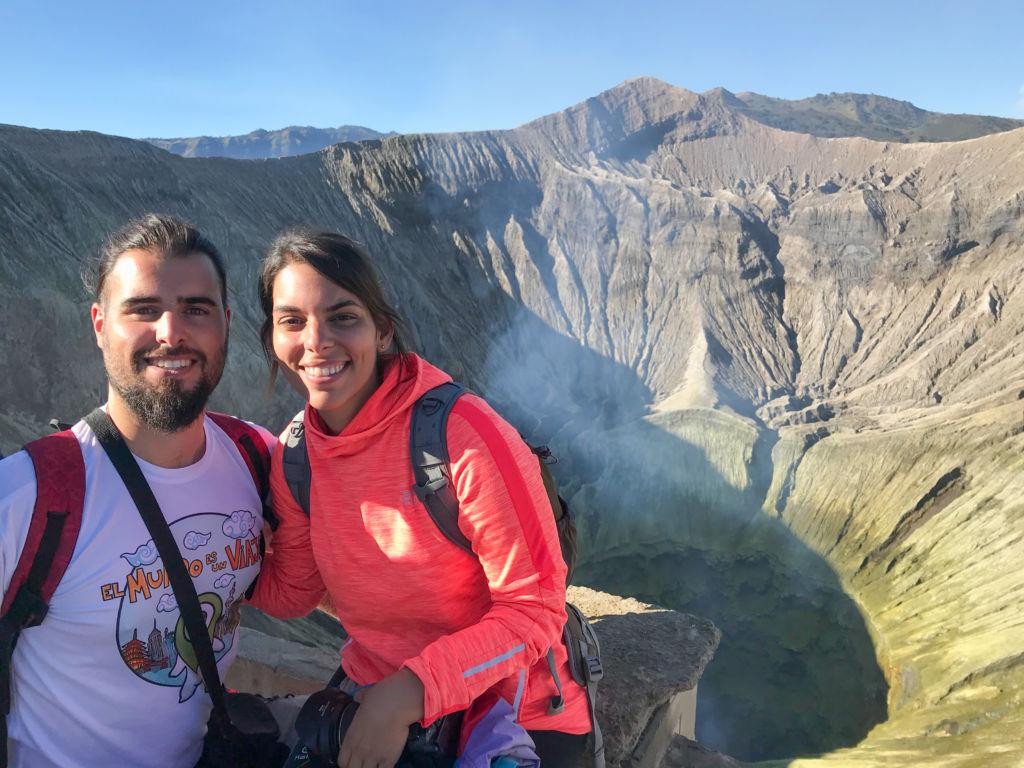Pareja delante de un volcán en Indonesia