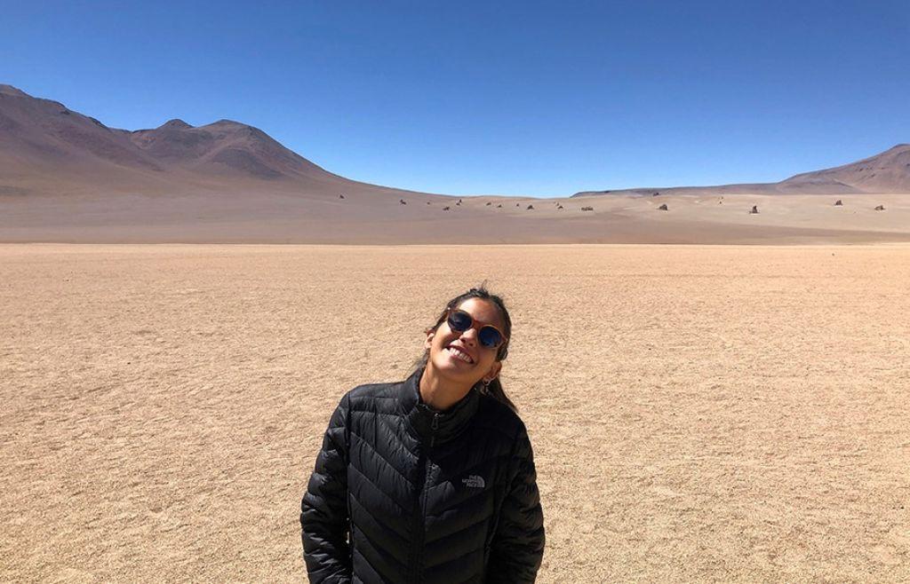 chica en el desierto Dalí del Salar de Uyini Bolivia