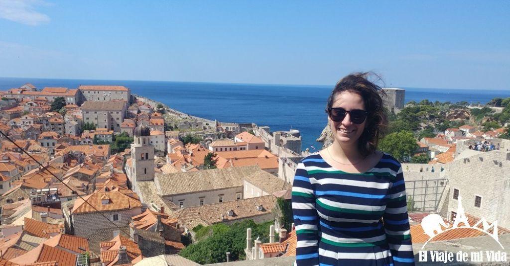 chica en la muralla Dubrovnik en Croacia