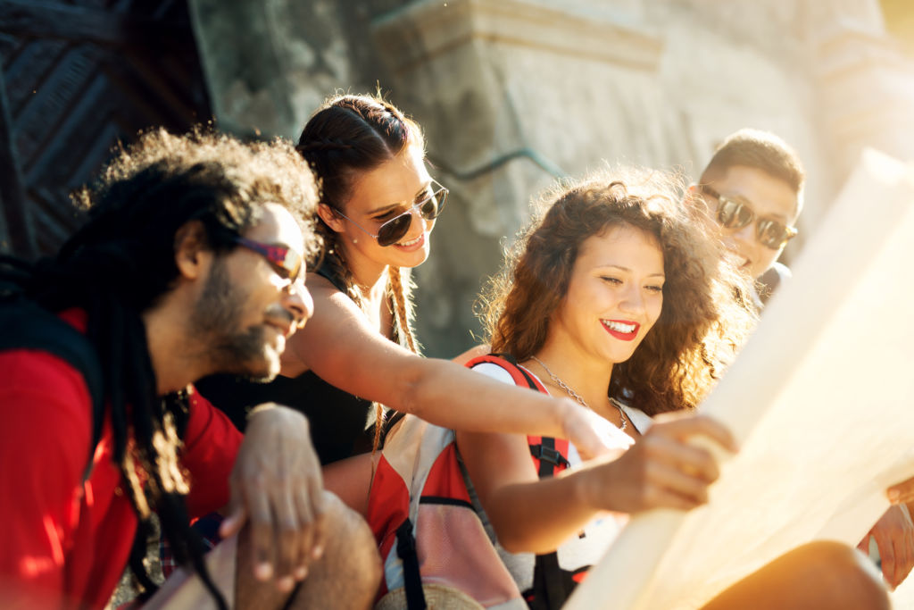 grupo multicultural explora la ciudad mientras estudiar inglés en el extranjero
