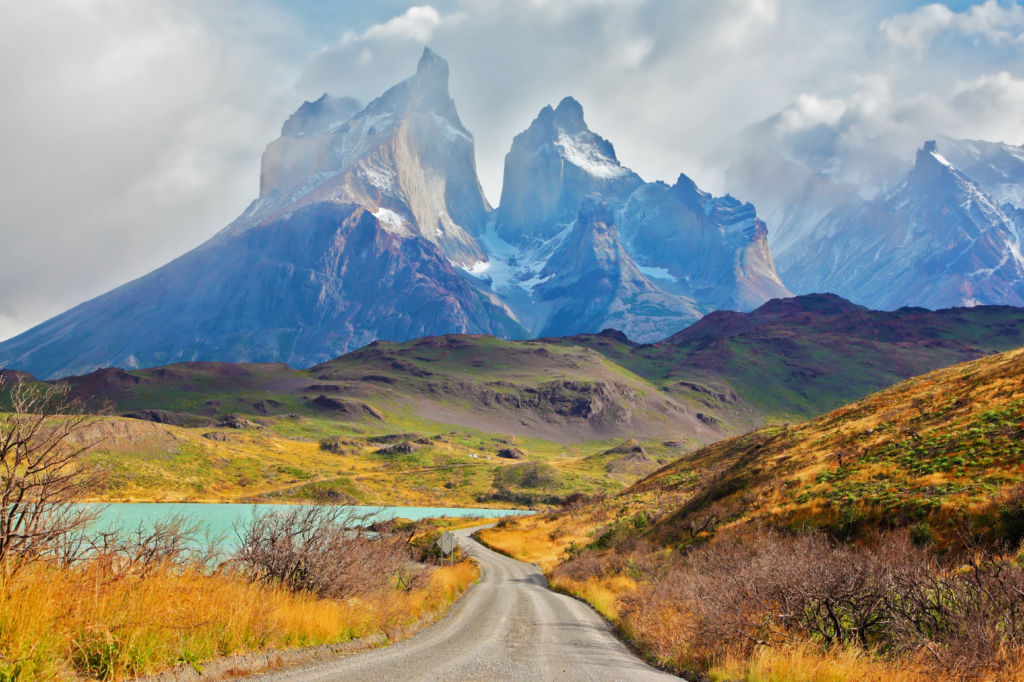 vacaciones de verano en una carretera con montañas  en el parque nacional de las Torres del Paine en la Patagonia Chile