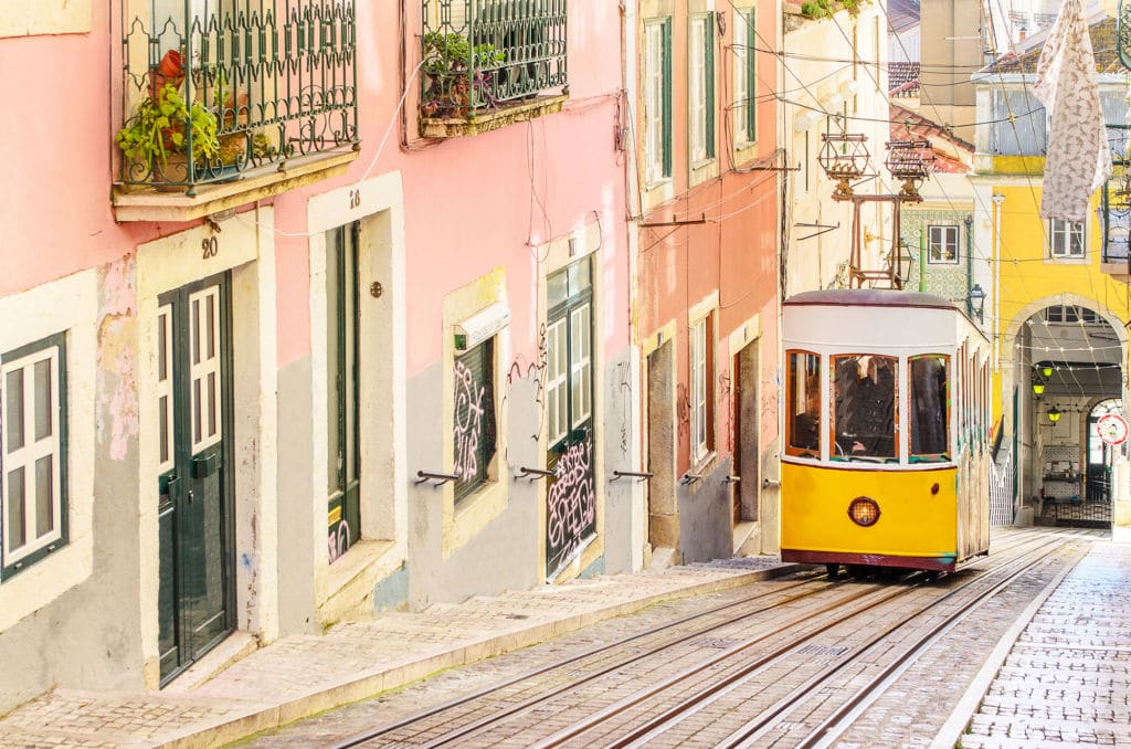 tranvia 28 típico en Lisboa Portugal
