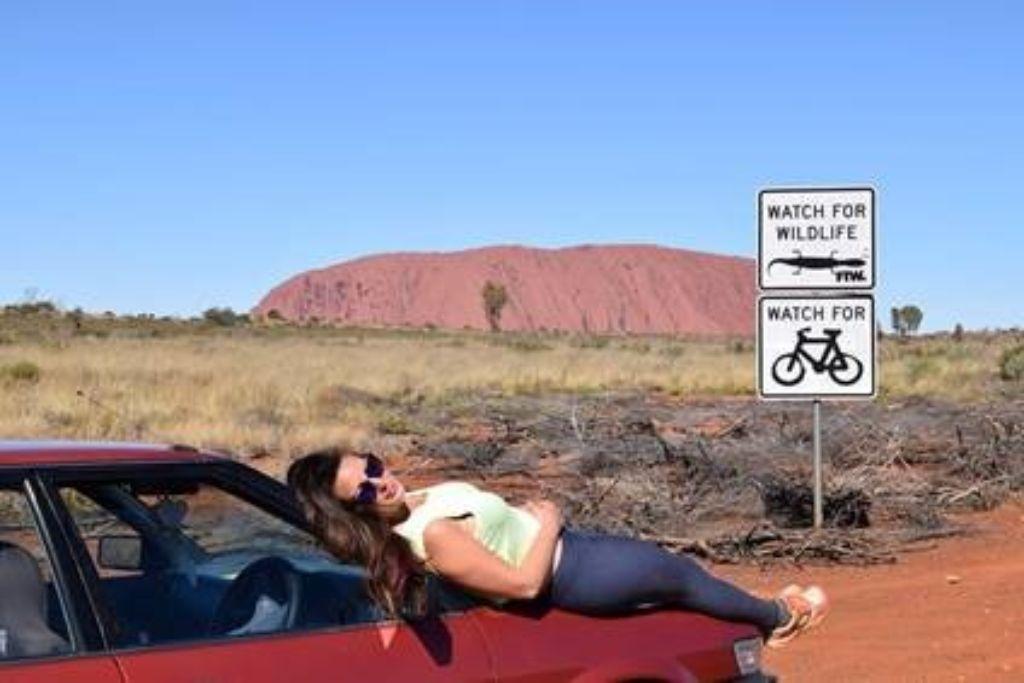 chica en el desierto de australia australiana