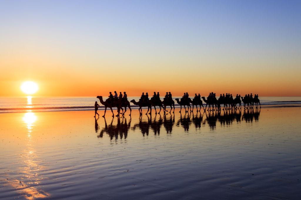 Playa con camellos y atardecer en Australia Cable Beach