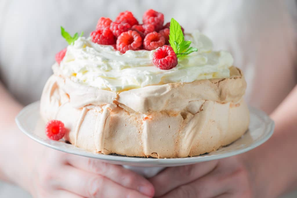 pavlova pastel australia australiano o Nueva Zelanda de merengue y frutos origen