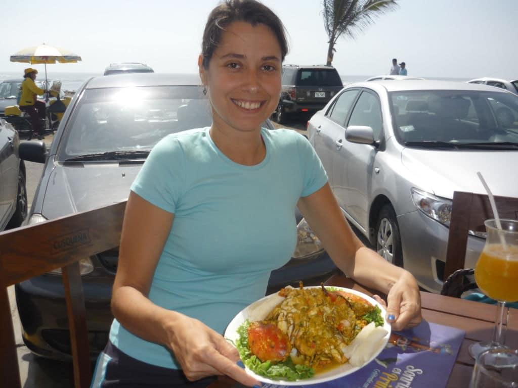 chica enseñando plato peruano