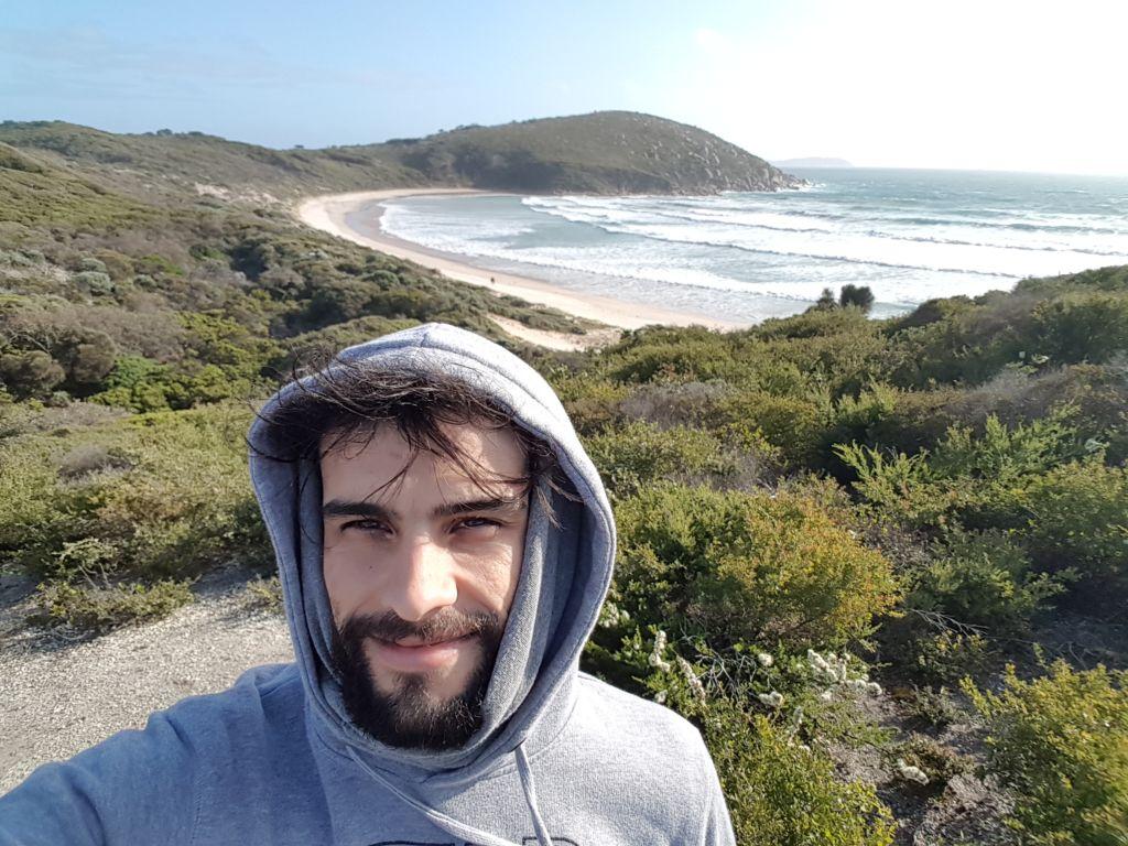 chico en playa Australia australiaje