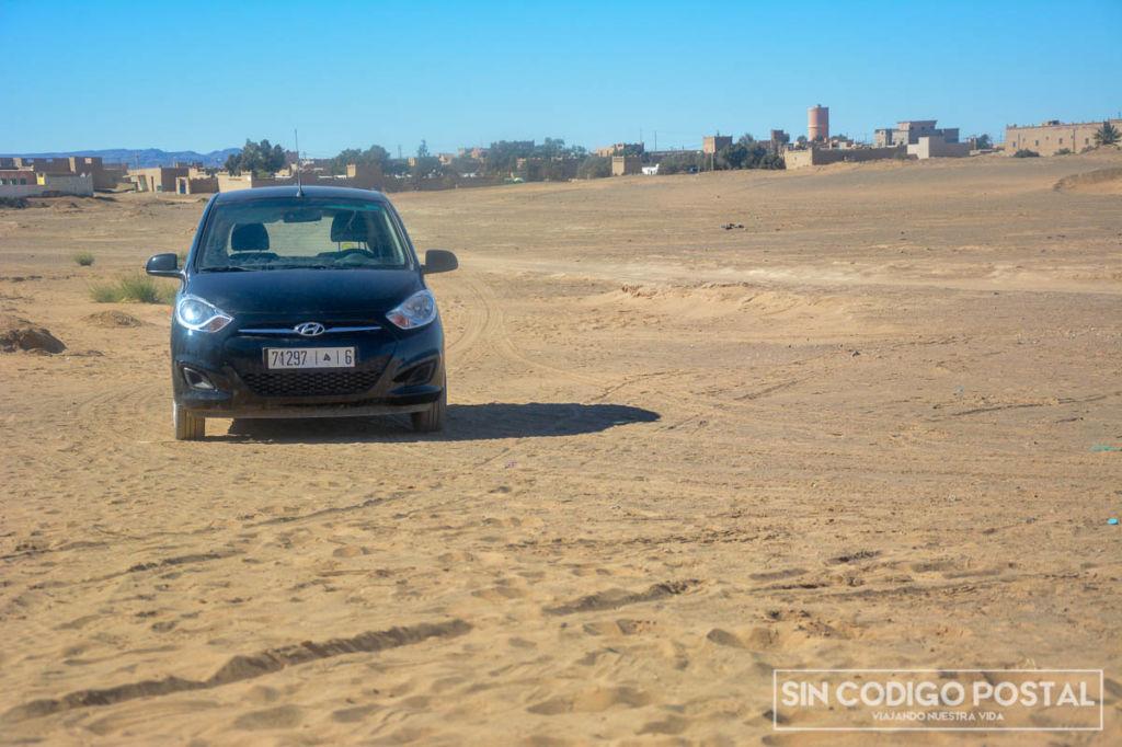 nuestro coche de alquiler en el desierto marruecos