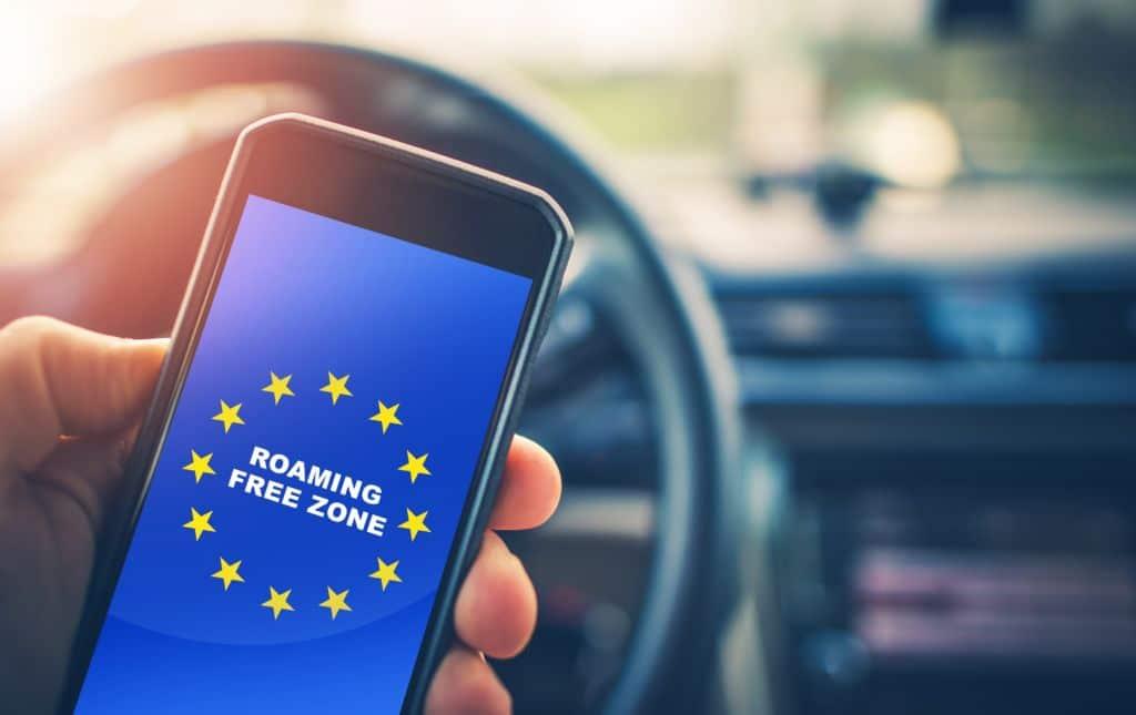 roaming Free Euro Zone. movil con un texto del fin de la zona de roaming en europa
