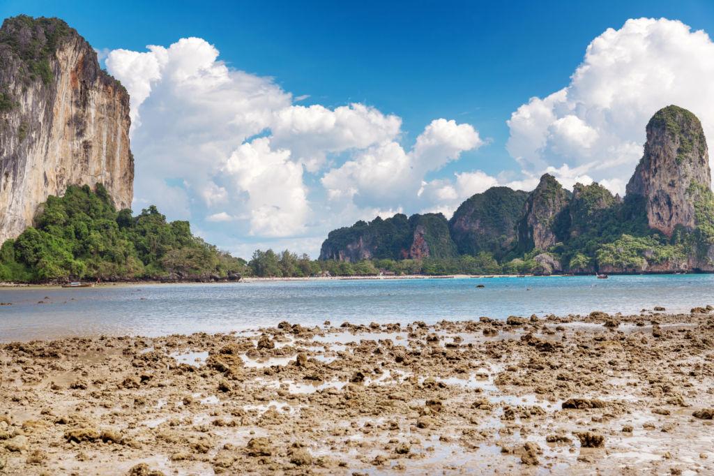 Marea baja entre Tonsai y Railay Tailandia