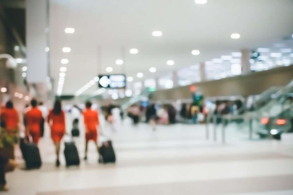 aeropuerto borroso gente con maletas pasaporte perdido