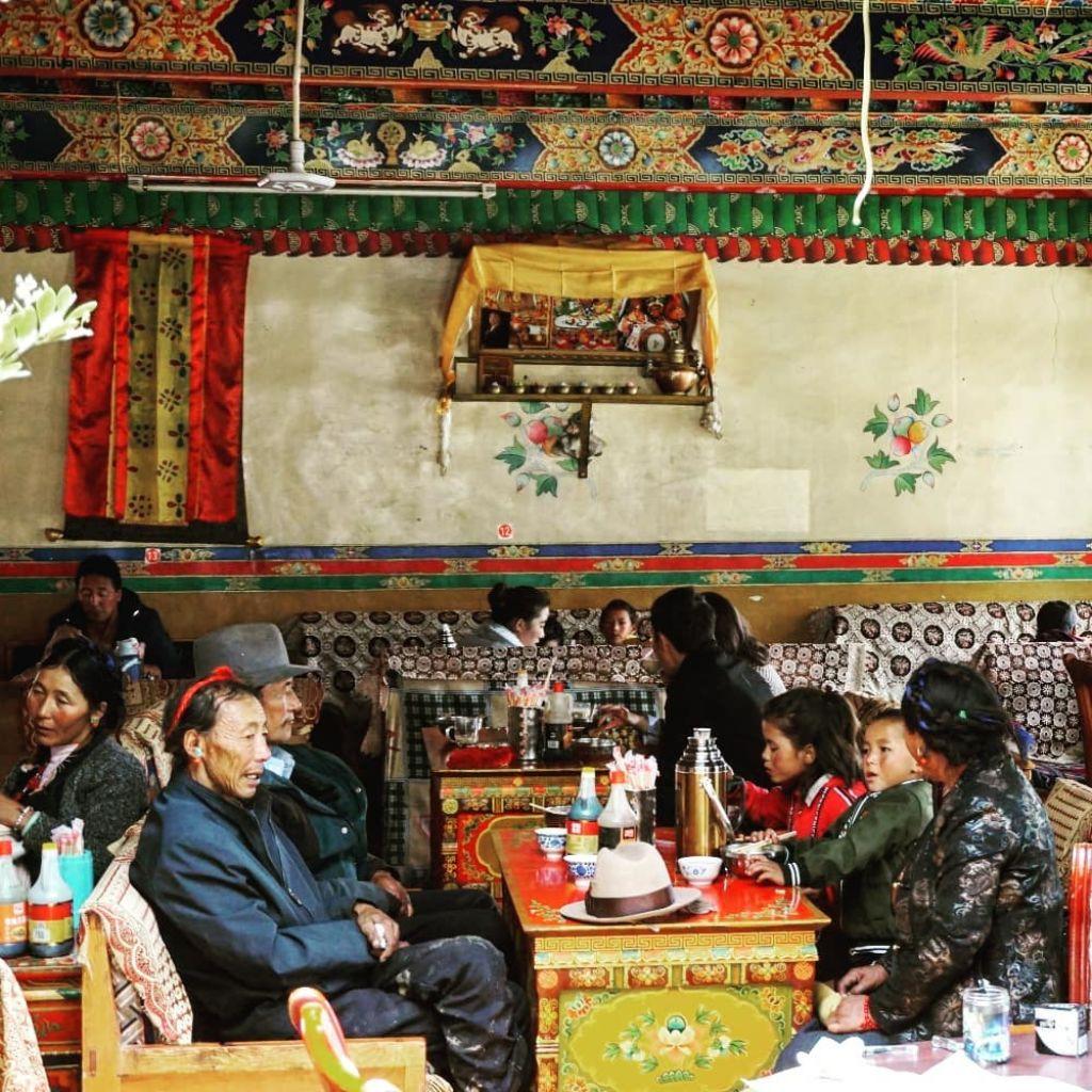 restaurante tibetano tibet genis areveure gente sentada
