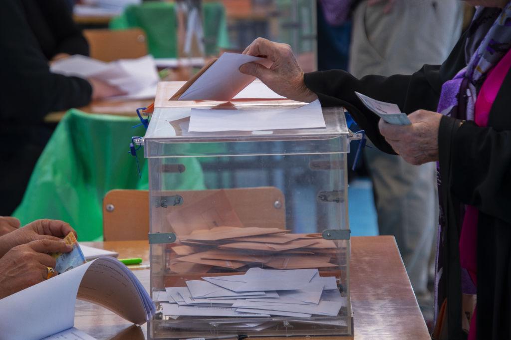 mesa electoral mano votando urna viaje