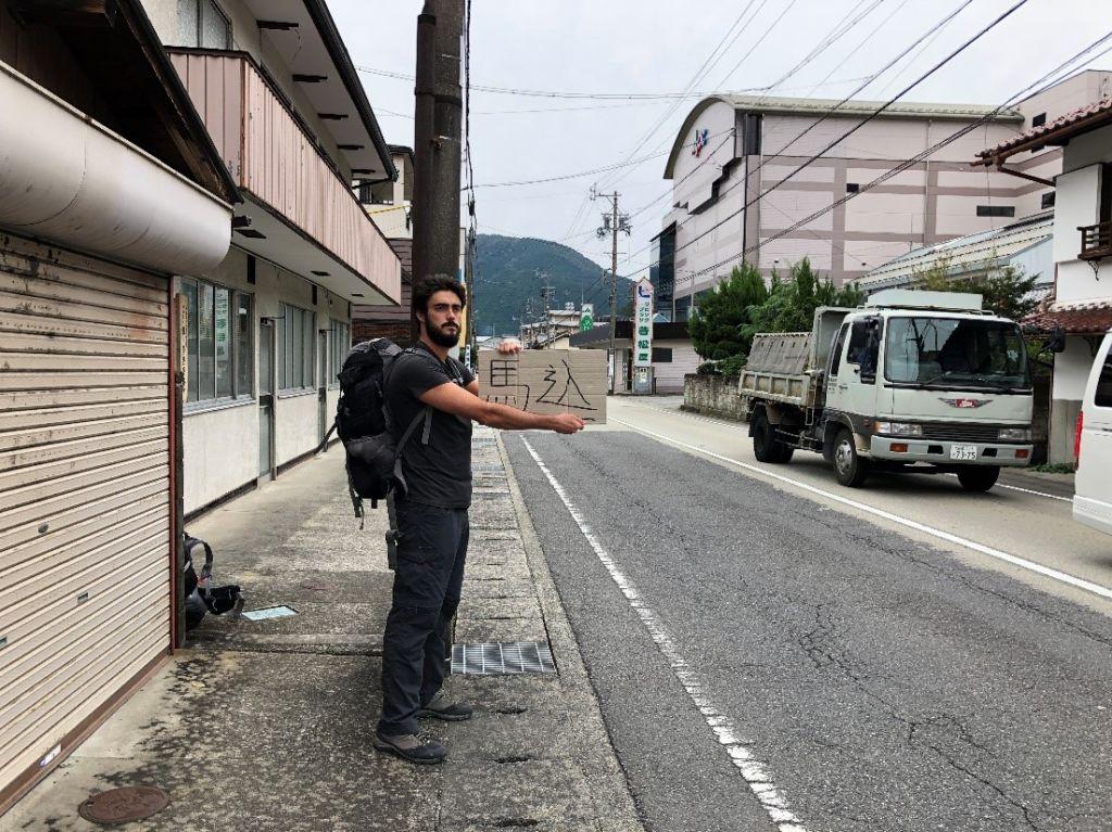 chico haciendo autostop japón monoviajero