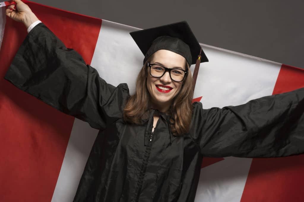 chica con gafas sonriendo universitaria bandera canadá universidades covid-19 visado de estudainte canadá study pemit permiso de estudios