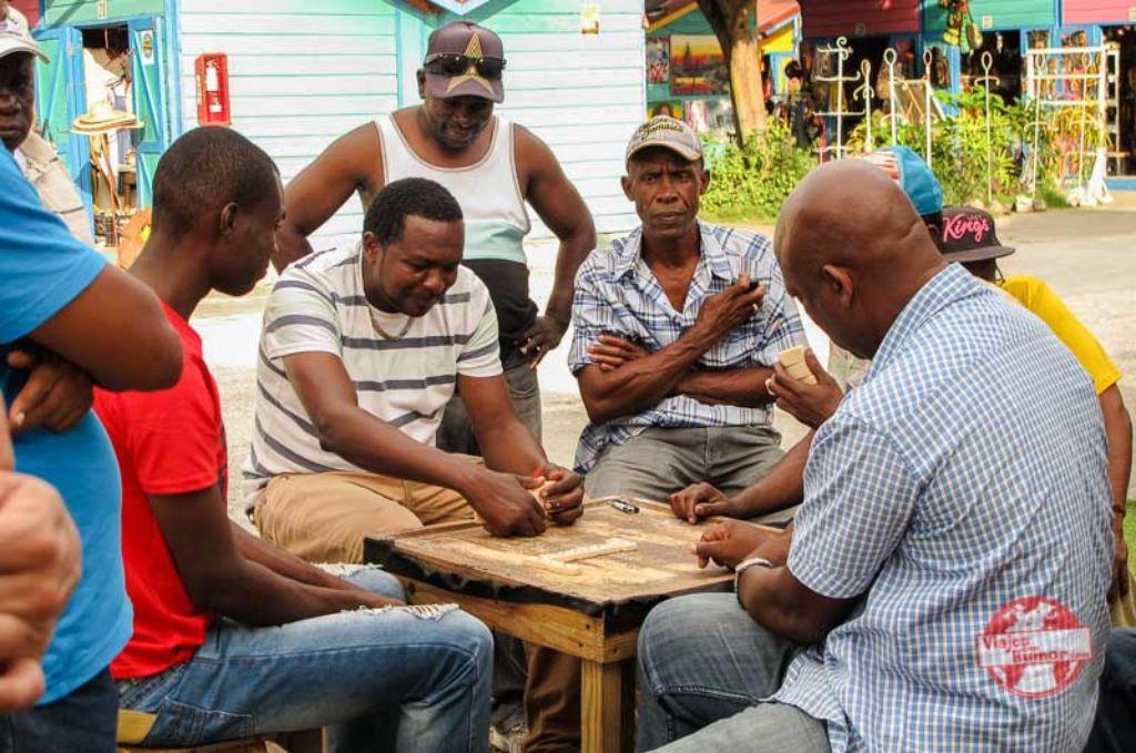 jamaicanos jugando al dominó viaje a Jamaica viajes con humor