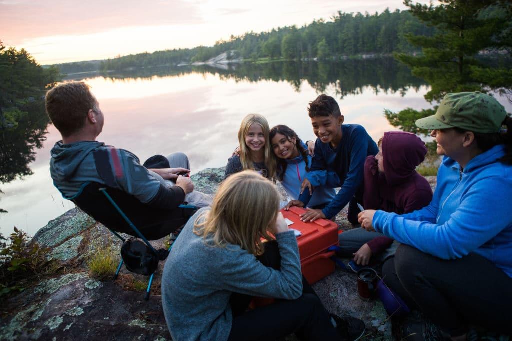 familia en un lago divirtiéndose juntos vuelta al mundo viajar en familia