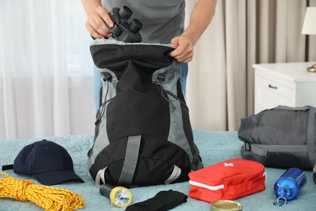 qué llevar mochila chico haciendo la mochila para una vuelta al mundo