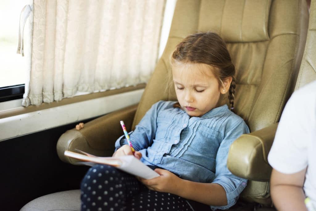 niña que estudia a distancia viajar en familia