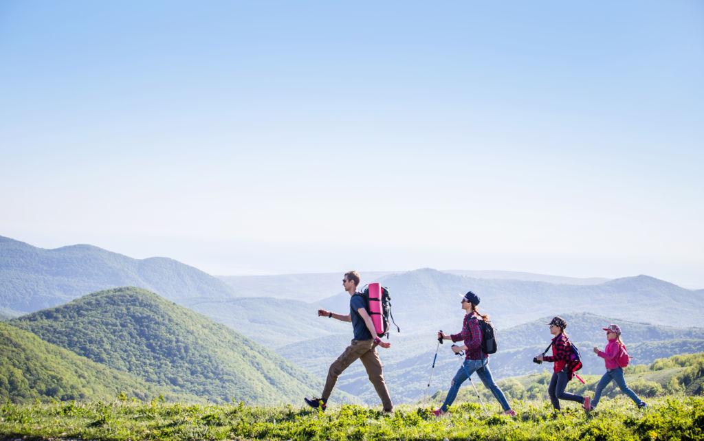 familia en la montaña vuelta al mundo