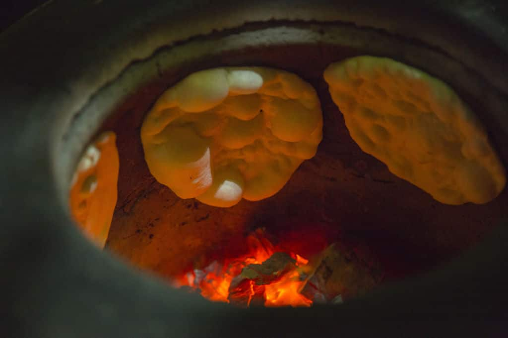 tandoor preparación del naan pan típico.  panes del mundo