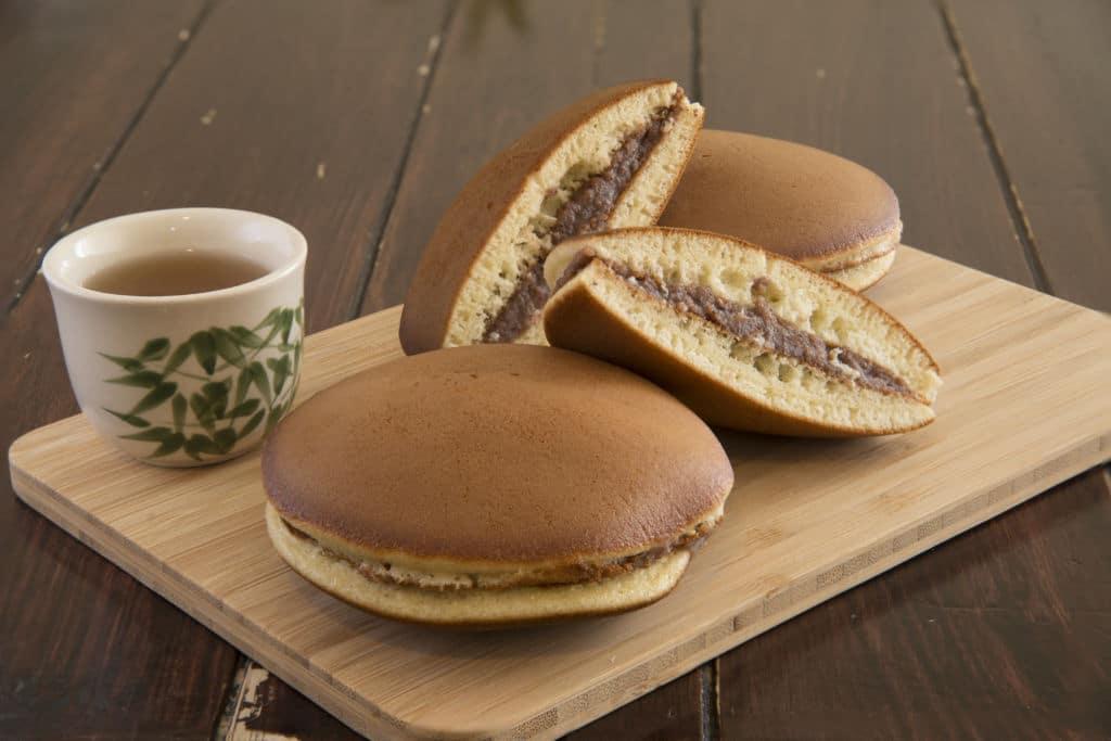 dorayaki pastel de Doraemon que se come acompañado de una taza de té