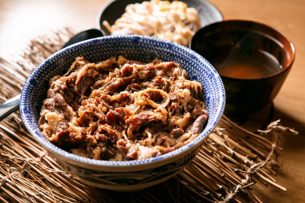 gyudon comida japonesa de carne y arroz en un bol