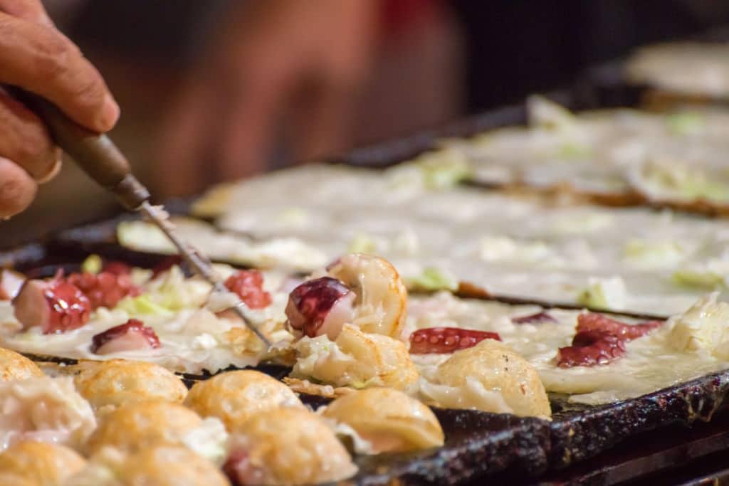 buñuelo de pulpo típico de la comida japonesa takoyaki
