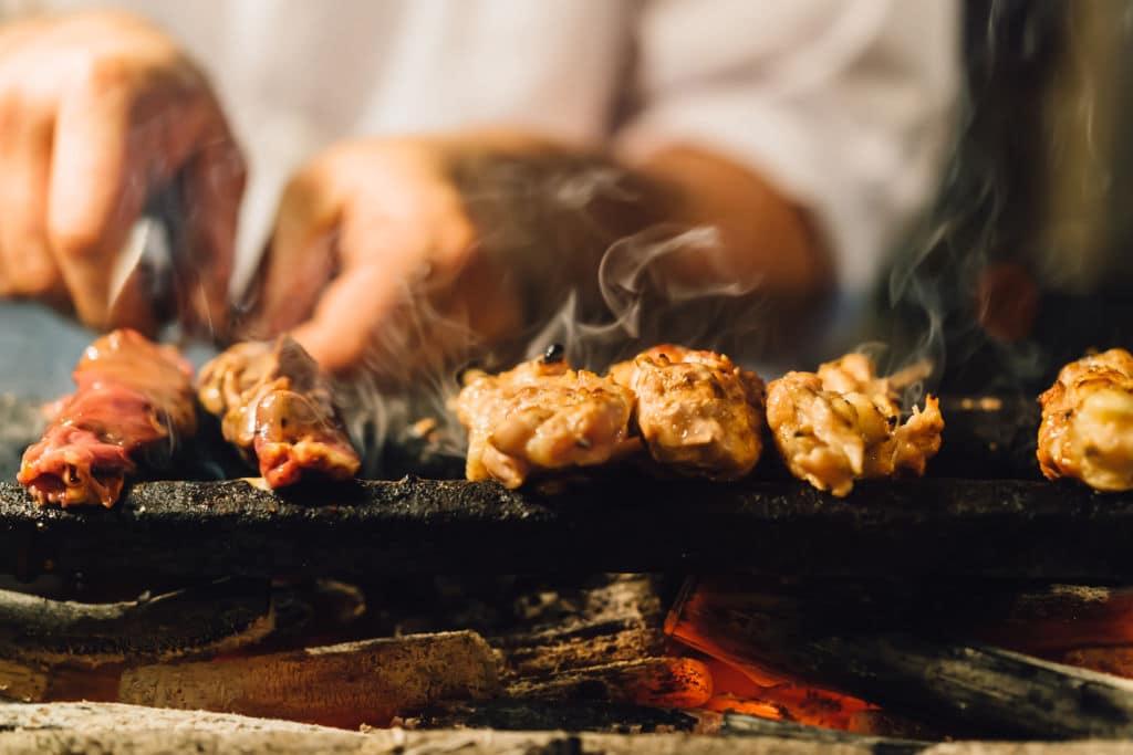 platos típicos de Japón brocheta de pollo yakitori