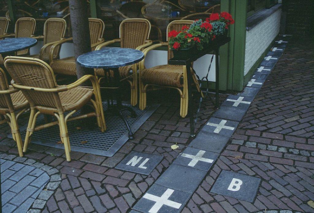 Baarle puelo que está entre Bélgica y Holanda. Terraza en el que se ve la frontera que divide ambos países Enclaves de europa