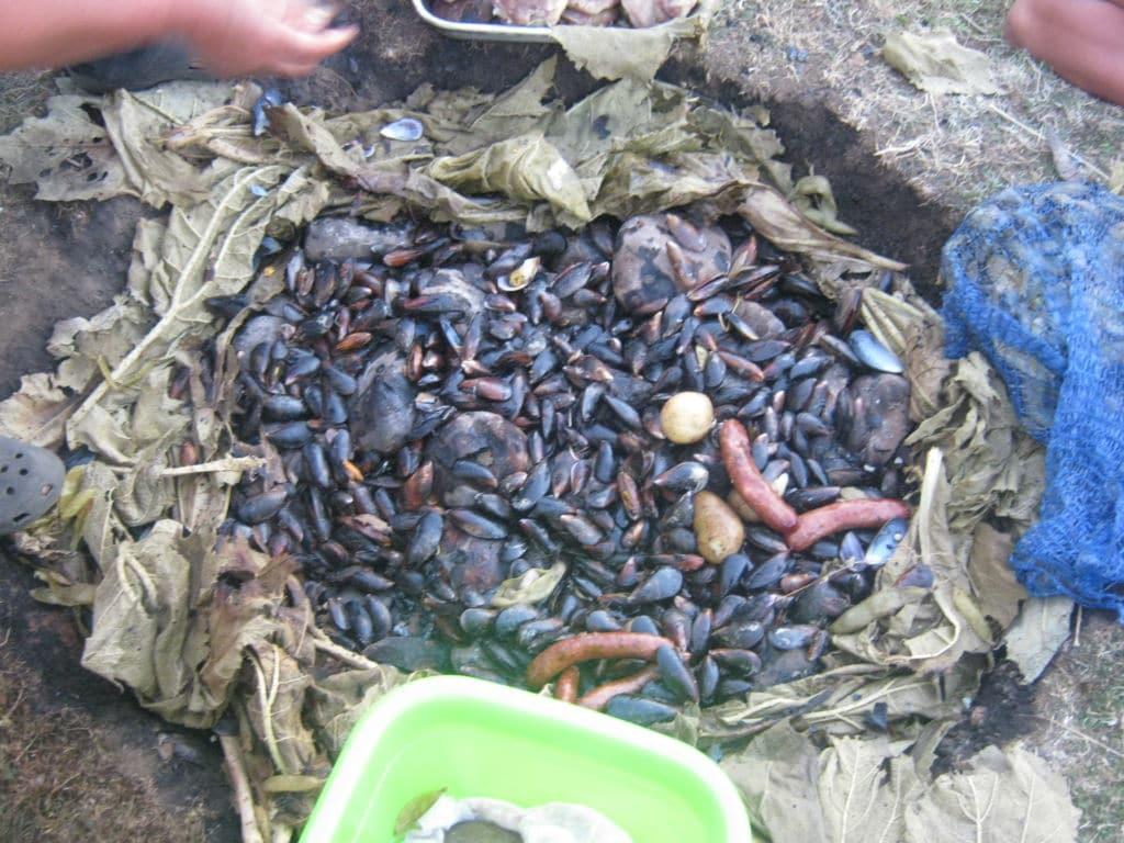 platos típicos chilenos curanto al hoyo isla de Chiloé