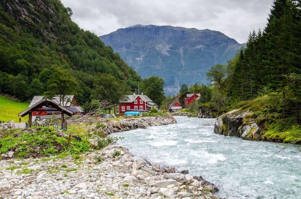camino para visitar el glaciar Buarbreen en Noruega Odda