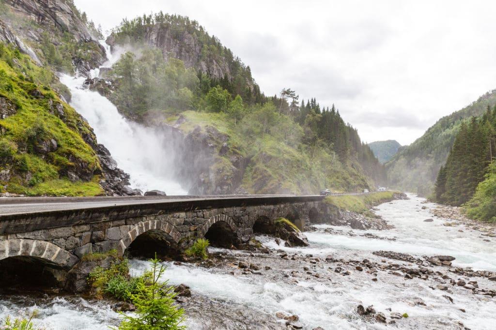 Låtefossen  cascadas en la carretera Noruega viaje