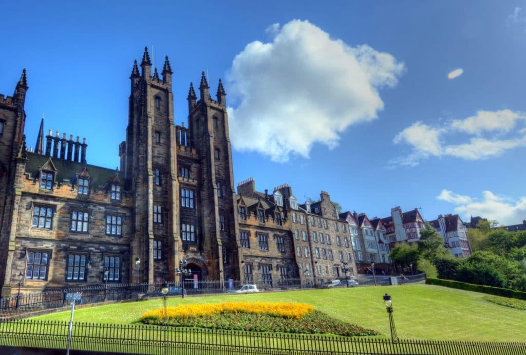 seguro médico para estudiar en Escocia con coberturas covid-19