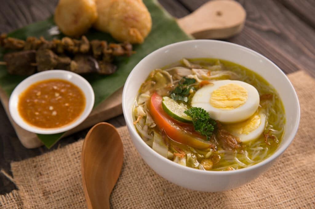 soto ayam es una sopa muy común en Indonesia Singapur y Malasia