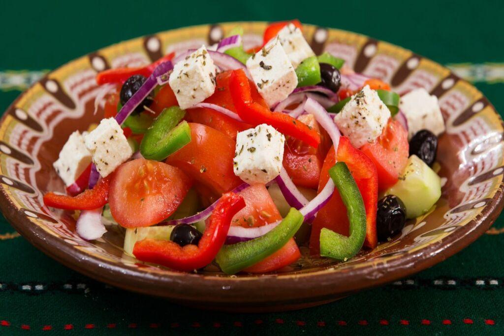una de las ensaladas más famosas del mundo, la ensalada griega Horiatiki salata