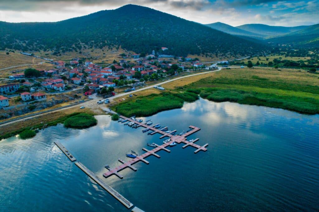 el lago Presca tiene una triple frontera con Grecia, Albania y Macedonia