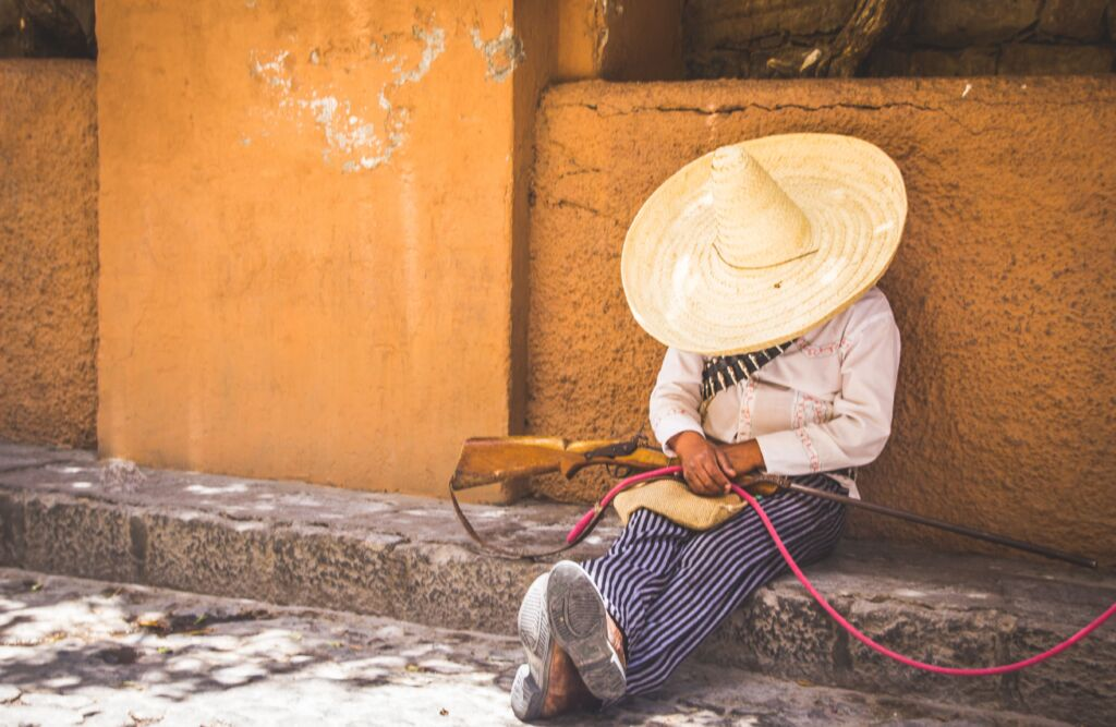 Mexicano durmiendo en la acera. Así es la seguridad en México