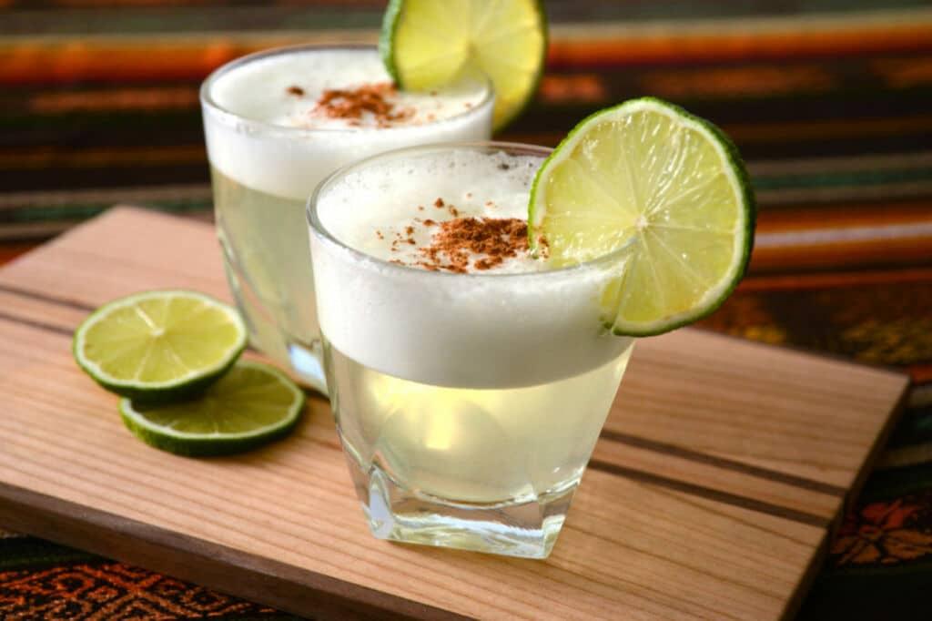 el pisco sour es una de las bebidas alcohólicas más típicas de Perú y Chile